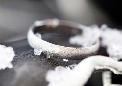 Alianza de de boda en oro blanco con efecto hielo, uno de los acabados originales de Argyor.