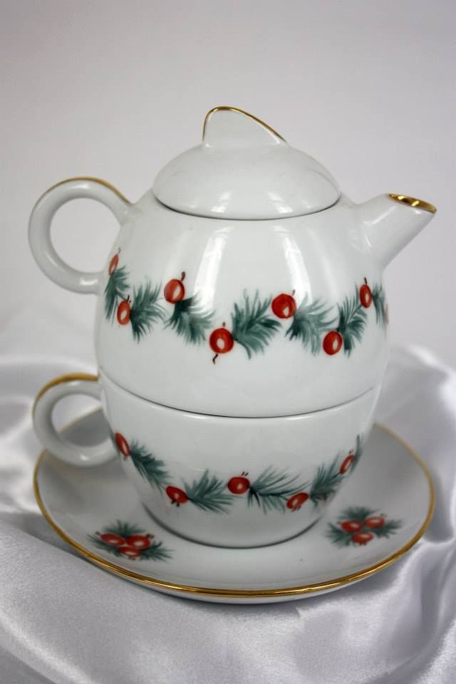 Teiera e tazza in porcellana decorata a mano.
