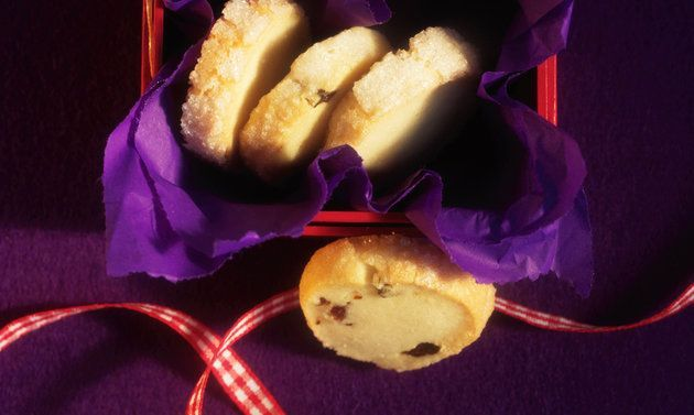 Sablés: Butter rühren, bis sich Spitzchen bilden. Puder-, Vanillezucker und Salz dazugeben, rühren, bis die Masse hell ist. Mehl dazusieben, kurz verrühren, ...