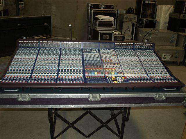 """Mesa de sonido MIDAS Legend 3000 de 40 canales mono y 4 stereo, 4 cortes de EQ paramétrica, 12 aux, 12 subgrupos, VCA´s. Programación de mutes, asignación y ruteo digital. 99 actos con 99 escenas cada uno. Con flightcase y fuente doble de alimentación. Opcional rack de efectos tipo """"flotante"""" totalmente mecanizado y cableado mediante 2 mangueras multipar con 2 conectores de harting (72 y 108 pin ). La toma de corriente  a través de un conector Power-com que da servicio a todo el fly-case…"""