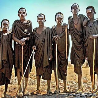 Fényörvény : Afrikai törzsi szokás: Minden egyes ember jónak sz...