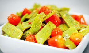 Snijbonen met tomaat en knoflook, makkelijker kan het niet, maar wel erg lekker en gezond. Dit gezonde recept met snijbonen is ook vegetarisch.