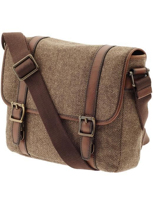 This stunning wool brown messenger bag for men, the Estate City Bag by Fossil, will not disappoint.