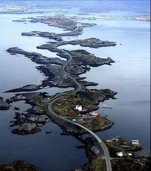 Estrada Atlântica, Noruega Localizada na parte centro-oeste da costa da Noruega, a estrada Atlântica,  é uma atração turística muito popular no país... em bom tempo, o trecho de cinco milhas oferece paisagens de tirar o fôlego ao longo da costa ocidental, mas quando o tempo toma um rumo feio, esta estrada torna-se muito perigosa  Atlantic Road, Norway Located in the central-western coast of Norway, Atlantic road, is a very popular tourist attraction in the country ... in good time, the…