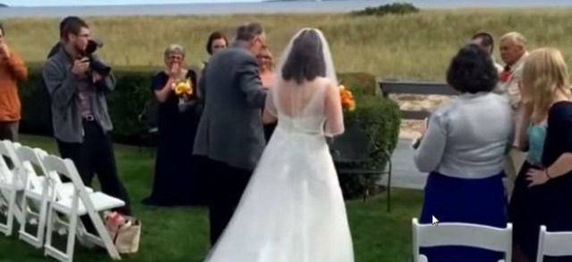 Könnyfacsaró meglepetés: az apa megtanult járni lánya esküvőjére - Kontentbánya