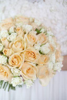 Delikat brudebukett i fersken og hvitt.