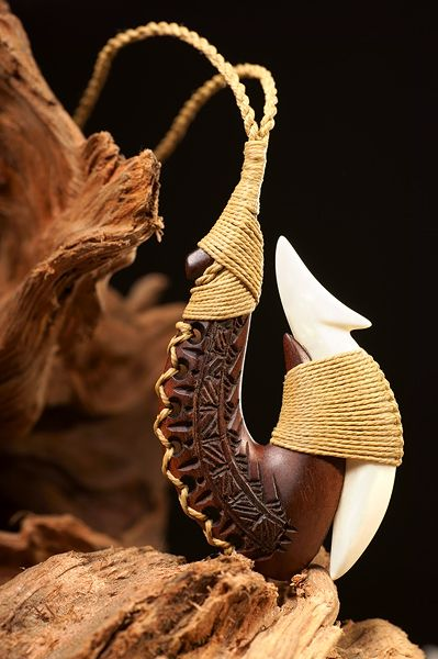 Samoa Angelhaken Schmuck aus Ifilele Holz und Knochen
