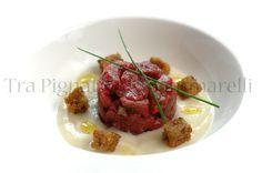 Tartare di filetto di manzo alla liquerizia e fiocchi di sale affumicato, con crema di cavolfiore e crostini di pane nero all'aglio