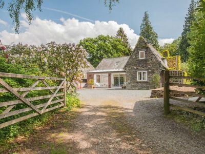 With private landscaped gardens, mountain views and the shores of Bassenthwaite Lake moments away from the door, Garden Cottage is the perfect pet friendly hideaway for 10 guests and 2 dogs.