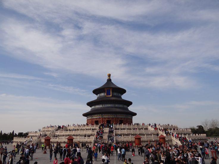 De Tempel van de Hemel ligt in een uitgestrekt park in het zuiden van Beijing. 's Ochtends worden hier allerlei sporten beoefend. Volgens de gids één van de leukste plekken om 's ochtends de locals Tai Chi te zien beoefenen #TempleofHeaven #Beijing
