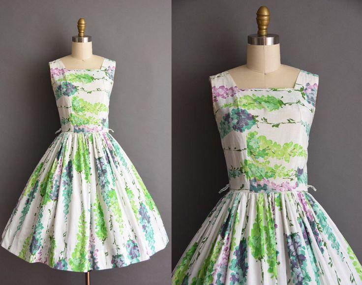 Prachtige vintage jaren 1950 witte katoenen volledige rok jurk met een prachtige bloemenprint in. De functies van de jurk die een vierkante hals met buste Darten en een vleiend nipped taille met gratis volledige rok. Er is een terug metalen rits sluiting.  ✂---M E EEN S U R E M E N T S---  best past: kleine  Bust: 35 Taille: 26 heupen: open fit totale lengte:  materiaal: katoen voorwaarde: uitstekend _______________________________  ☆ Layaway is beschikbaar voor dit item! ☆ Express…