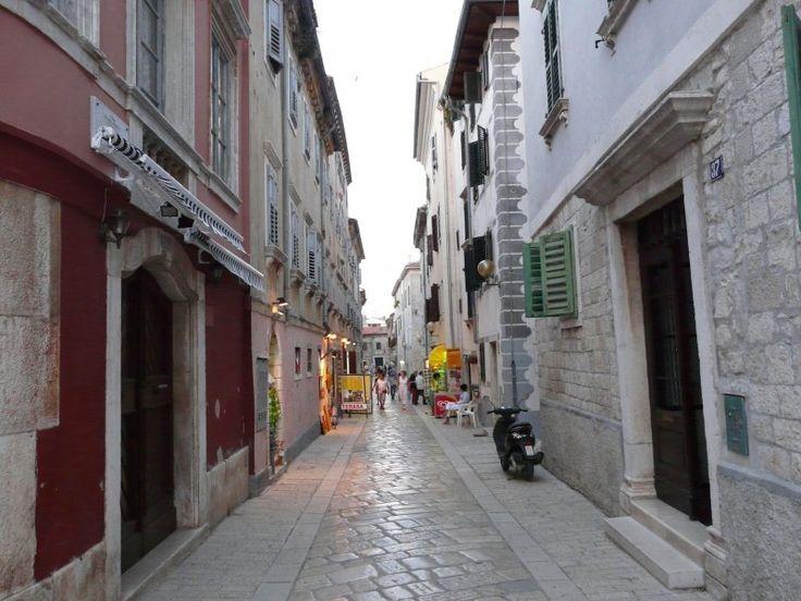 Decumanus  - Główna ulica starej czesci miasta Porec http://www.chorwacja24.info/forum/366-spacer-po-starym-poreciu #chorwacja #porec #istria #summer