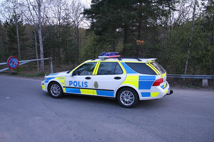 swedish police car in the new paintjob. The car is an SAAB 9-5 2.3 Turbo from 2006. (800×533)