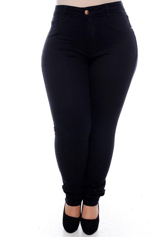 b11be216a Calça skinny confeccionada em algodão, passantes para cinto, fechamento em  botão e zíper,