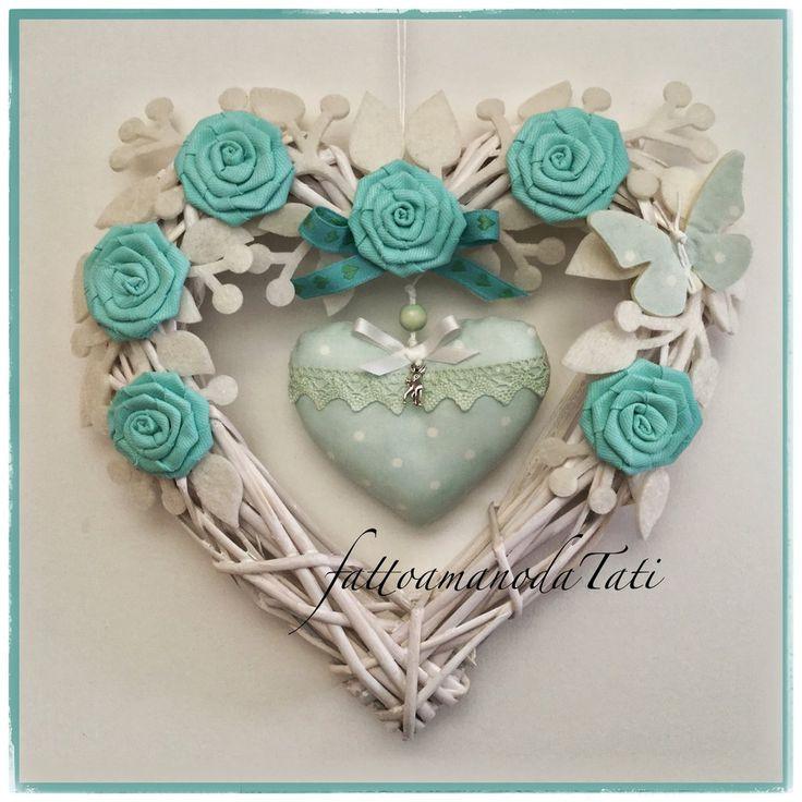 Cuore nascita in vimini con roselline verdi, farfalla  e cuore con pizzo