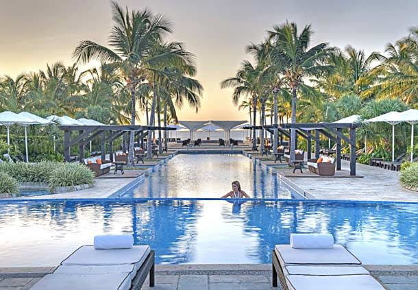 Outdoor pool extraordinare! http://bit.ly/1YbAy5W #lizmoorepanamaweddings @jwmariottpanam