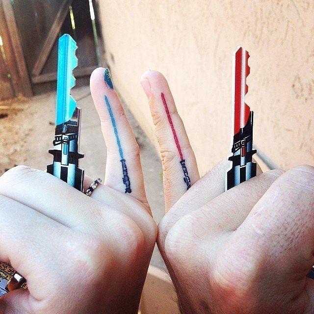 Motif de tatouage sabre laser le long du doigt https://tattoo.egrafla.fr/2016/02/22/modele-tatouage-couple-identique/