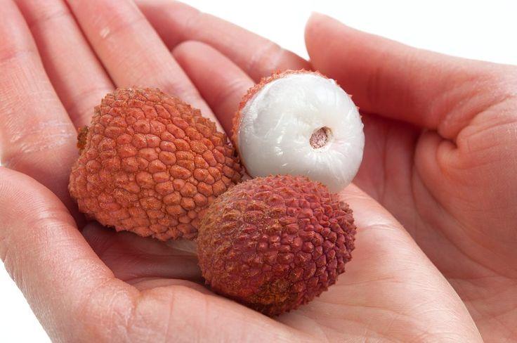 """Jedzenie owoców liczi na pusty żołądek było w Indiach przyczyną zgonów setek dzieci – informuje pismo """"The Lancet"""".Liczi to owoc od wieków cieszący się dobrą opinią. Chętnie spożywali go chińscy cesarze, a współcześni eksperci doceniają wysoką zawartość witaminy C, właściwości przeciwmiażdżycowe i przeciwnowotworowe."""