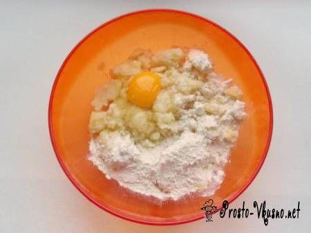 Смешиваем картофельное пюре с яйцом и мукой