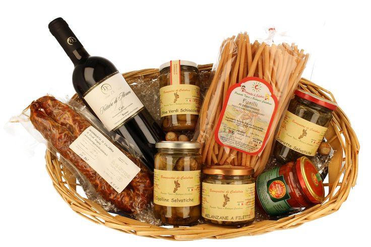 Per Natale Rendi Ricca la Tua Tavola, Rispondi al Tuo appetito e alla voglia di genuinità con il Cestino Rustico di Calabria a soli 44 Euro e 99 centesimi! La confezione contiene 8 #prodotti #Tipici : - #Vino #Cirò Rosso #Doc #Bio; - #Fusilli al #Peperoncino; - #Salsiccia #Dolce #stagionata; - #Cicoriette di #Montagna; - #Melanzane a #Filetti; - #Olive #Verdi #Schiacciate; - #Nduja in vasetto; - #Cipolline #Selvatiche
