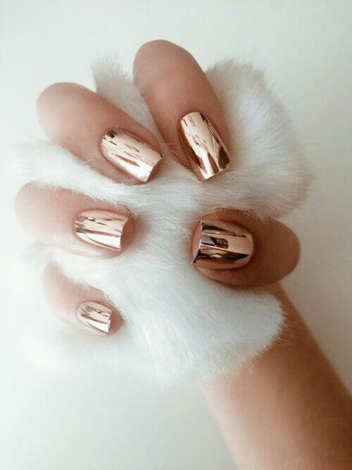 złote metaliczne paznokcie