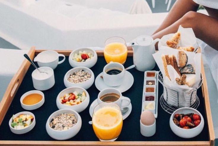 Ontbijt op bed. Wie is daar nu geen fan van. Granola, yoghurt,vers fruit, wat chocolade, een vers sinaasappelsapje, koffie en thee , zacht gekookte eitjes,en kleine potjes boter,confituur,choco, etc... en lekkere warme broodjes en krokante croissantjes. Smakelijk.