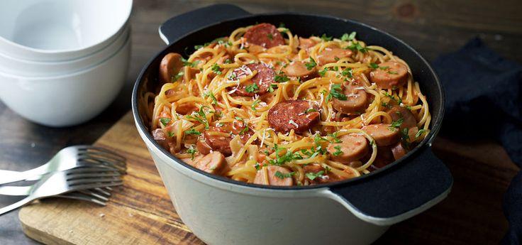 Kjøp Alt-i-ett gryte med pasta og chorizo og resten av ukeshandelen med ett klikk! Hva med en gryte som lager seg selv mens du kan gjøre andre ting? Denne kremete pastagryten vil garantert falle i smak!