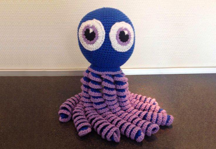 En stor version af den kendte sprutte, der blandt andet bruges til spædbørn, der kan træne deres fingermotorik ved at lege med blækspruttens arme.