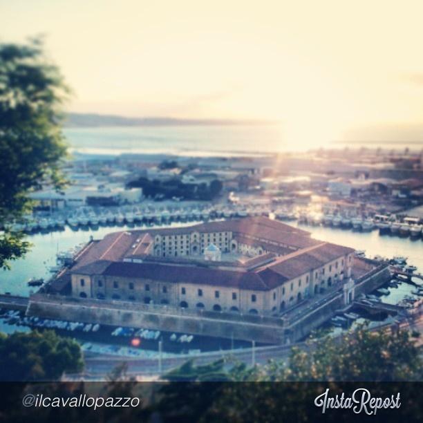 Scatto rubato dall'alto. Il Lazzaretto di Ancona, anche chiamato Mole Vanvitelliana, progettato dall'architetto Luigi Vanvitelli nella prima metà del Settecento. Sullo sfondo, il porto dorico al tramonto. #ancona #rivieradelconero #conero #italy #marche #tourism #vacanze