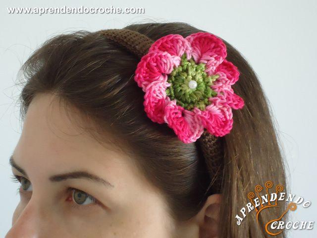 Tiara Revestida em Crochê - Aplicação de Flor - Receita de Croche com o Passo a Passo no Link http://www.aprendendocroche.com/receitas-de-croche/video-aula.asp?resid=1161&tree=17