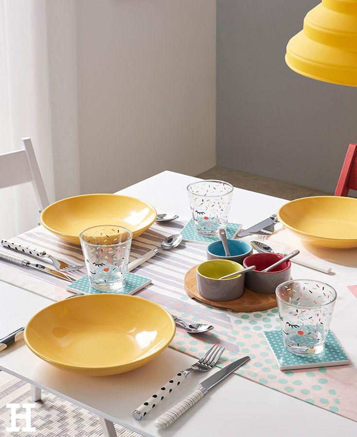 Hello, fröhliche Farben! An einem bunt gedeckten Tisch kommt selbst bei Regenwetter gute Laune auf. #farbe #farbenfroh #wohnen #ideen #inspiration