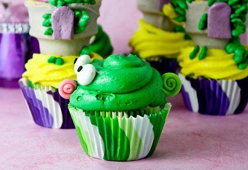 http://www.confessionsofacookbookqueen.com/2011/10/tangled-cupcakes/