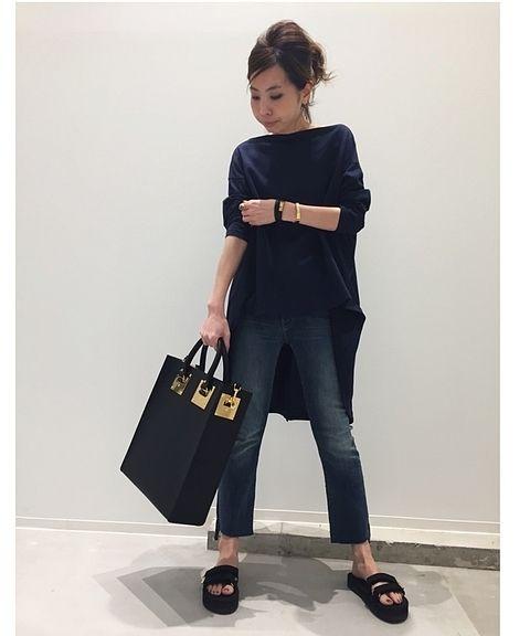 後ろ着丈が長めのTシャツは、アパルトモンでも毎年展開しているアメリカーナのもの。 <br />細めのデニムはクロップ丈ですっきりと、アクセサリーはシンプルゴールドを効かせたスタイリング。 <br />モダン&リラックスで大人の方にもオススメのカットソーです! <br /> <br />ーーーーーーーーーーーーーーーーーーーーーーーーーーーーーーーーーーーーーーーーーーーーーーーーーー  <br /> <br />商品番号:17070570002510 <br />カラー:ネイビー、ホワイト <br />サイズ:フリー  <br />価格:¥16,000+tax  <br /> <br />L'Appartement店舗:5/1(月)~販売予定  <br />ベイクルーズストア:5/9(火)~販...