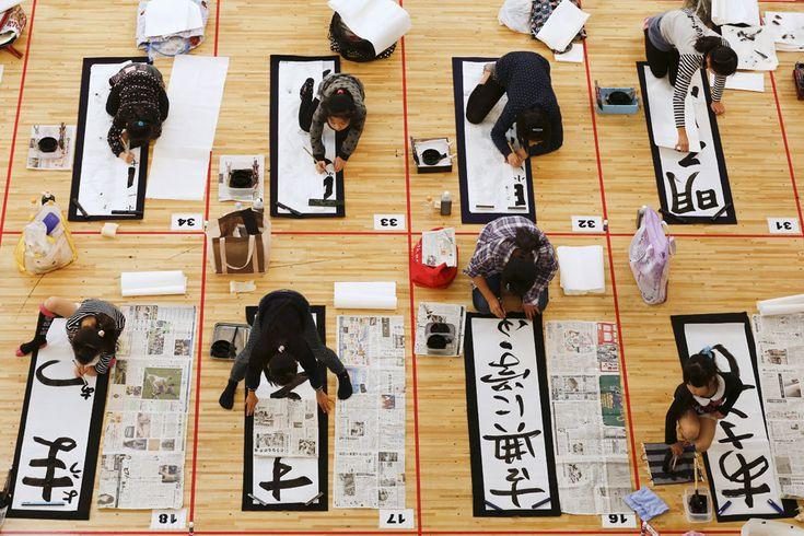 Pù di tremila studenti da tutto il Giappone partecipano a una gara di calligrafia per celebrare il nuovo anno, a Tokyo. Sui fogli vengono scritti desideri e propositi. - Thomas Peter, Reuters/Contrasto