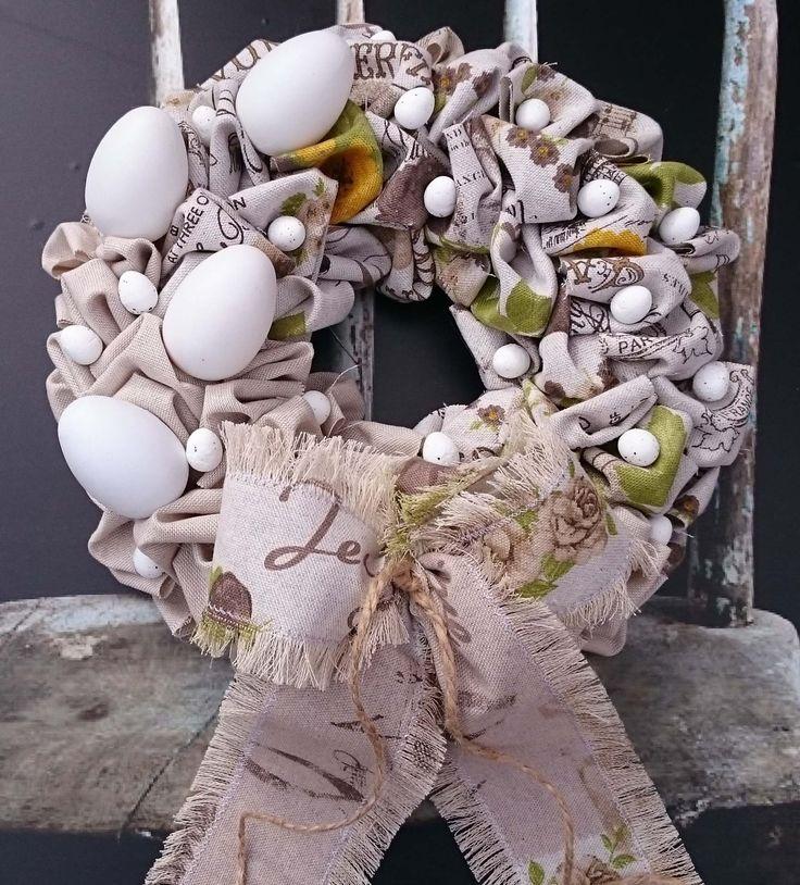 Krásné+Velikonoce+Větší+věneček+s+vajíčky+a+dvěma+druhy+látek,+začištěná+mašle,+průměr+30+cm.