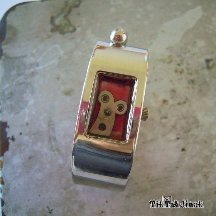 BUBÁK!!! ... náramek To je Bubák. Bude Vám dělat společnost, neuteče. Náramek vyrobený komplet ze starých zachovalých hodinek. Vnitřek pouzdra od starých hodinek je zalitý vrstvou křišťálové pryskyřice (imitace skla), která ho chrání od prachu a zajišťuje jeho dlouhou životnost. Rozměry prostoru, ve kterém je Bubák umístěn, jsou cca 2 x 1,3 cm. Barva hodinek ...