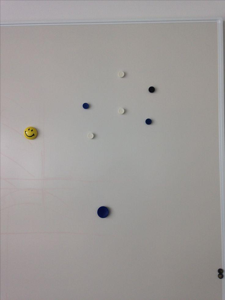Kleine en middelgrote punten, leuke foto. (magneten op bord)
