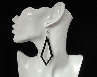 Zwarte oorbellen / Oorbellen met roze glaskralen / Gerecyclede oorbellen.  Ontworpen en handgemaakt door AnsO © Alle rechten voorbehouden.  Oorbellen met lange lussen van rubber met 3 roze glaskralen er tussen.  Het rubber is gerecyclede fiets binnenband .  De oorbellen hebben vanaf bovenkant haakje tot onderaan de oorbel een totale lengte van 8 cm.  De oorbellen worden geleverd met oorbel stoppers.  Houd u er wel rekening mee dat de kleuren van de kraaltjes iets anders op verschill...