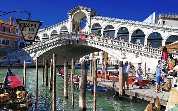 A négy, Canal Grandén átívelő híd közül ez a legidősebb