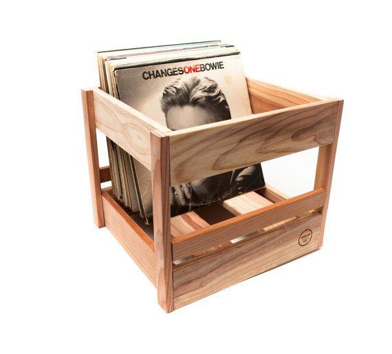Die Vinyl Record Box von Arborel Holzarbeit ist in Kalifornien handgefertigt.  -Abmessungen: 12 Länge x Breite 12 X 12 Höhe -Holz-Typ: Redwood