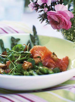 Asparges med røget laks og sprøde croutoner Denne ret kan nydes i haven med tallerkenen i den ene hånd og en gaffel i den anden.