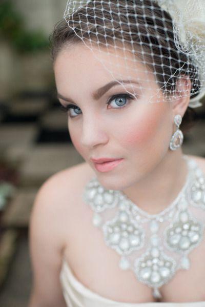 A aplicação de blush na maçã do rosto da bochecha à têmpora contorna o rosto e afina.