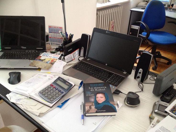 La maestra di Kabul occhieggia anche dalla scrivania di un giornalista di Cremaonline.it... Attendiamo trepidanti la recensione! :)