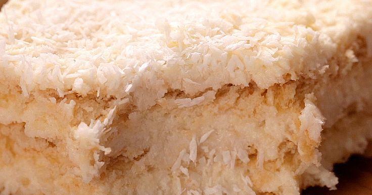Máš rád obľúbené kokosové guličky? Priprav si Raffaello koláč. Zamiluješ si ho nielen pre neodolateľnú chuť, ale aj rýchlu prípravu. Stačí naplniť keksy plnkou a dať schladiť.
