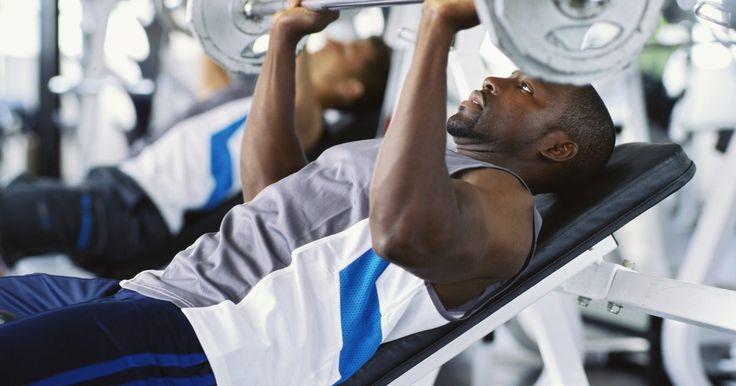 Exercícios de puxar e empurrar. Pode-se dividir o treinamento de força em exercícios de puxar e de empurrar. Os exercícios de empurrar são aqueles em que você empurrará o peso (ou o próprio corpo) para longe do corpo. Os exercícios de puxar são aqueles em que o peso será puxado em direção ao corpo. Esses dois tipos trabalham grupos musculares diferentes, dessa maneira, em um ...