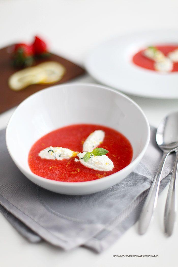 Суп из клубники с клецками из творога и базилика