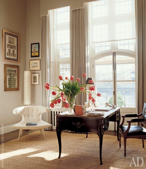Фрагмент гостиной. Письменный стол когда-то принадлежал легендарному американскому дизайнеру Билли Болдуину.