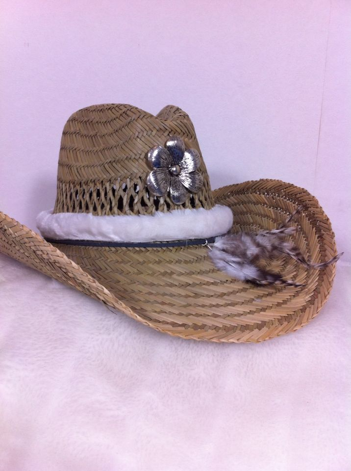 Mooie hoed met grote bloem-hanger,band van nepbont en leuke veertjes. Helemaal leuk voor de zomer of vakantie!