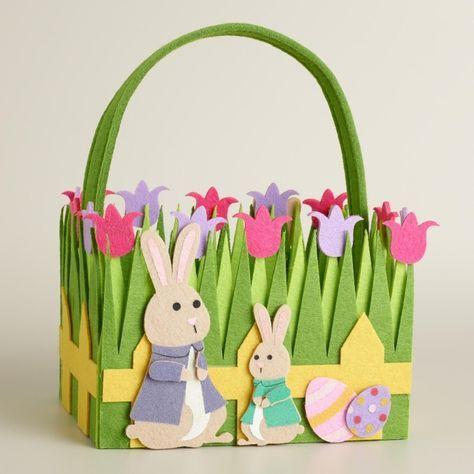 Osterhasen, Ostereier und Tulpen dekorieren die Osterkörbchen