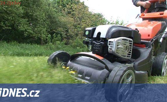 Muže při sekání trávy přejelo vlastní auto, letěl pro něj vrtulník